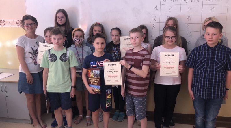 Uczestnicy Szkolnego Konkursu Ortograficznego dla klas szóstych z nauczycielem w klasie szkolnej
