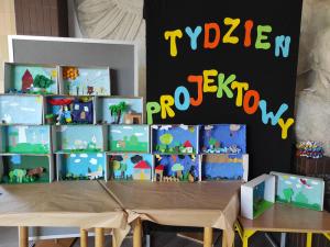 Wystawa prac plastycznych, wykonanych z kartonów przez uczniów klas I-III, na temat przeczytanej legendy.