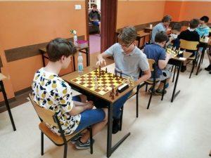 dwóch uczniów przy szachownicy podczas rozgrywki