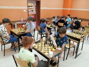 uczniowie przy szachownicach podczas rozgrywki