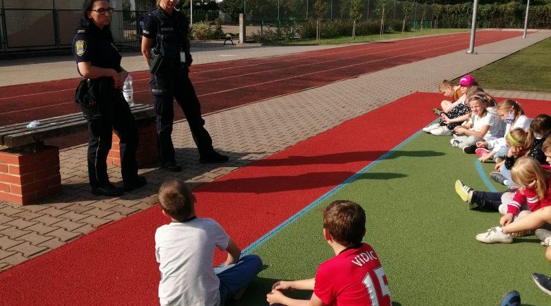 Policjantki rozmawiają z dziećmi